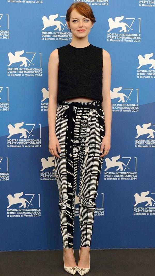 Emma Stone kết hợp quần dải rút cạp cao và crop-top dáng vuông