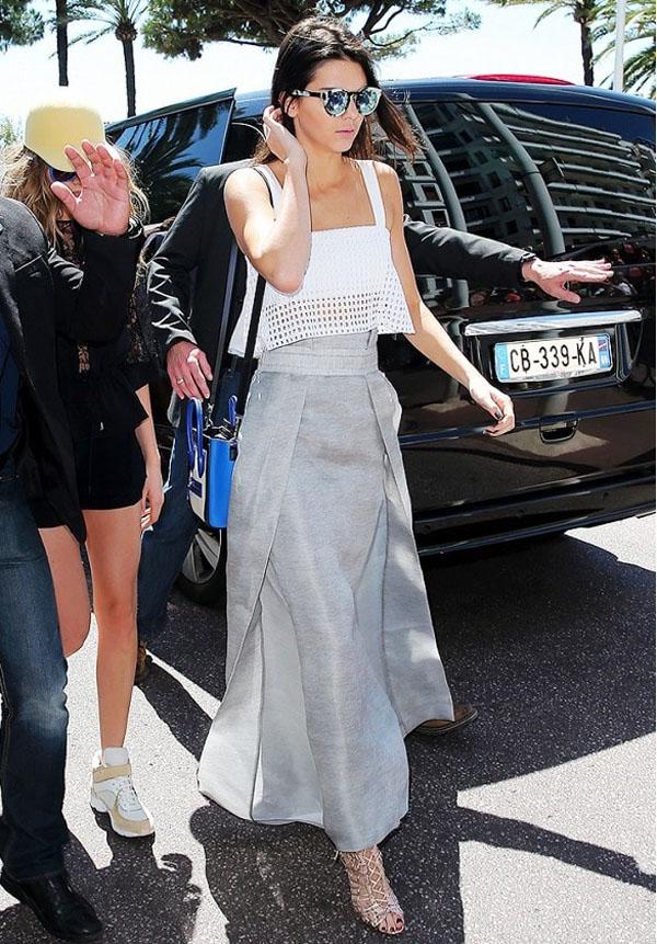Kendall Jenner chọn crop-top ngắn, xuyên thấu
