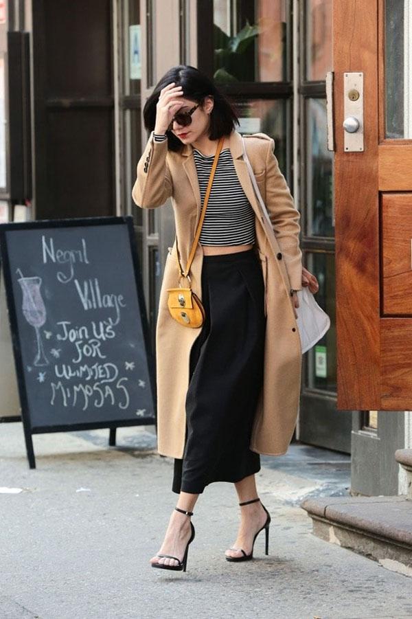 Hãy khoác thêm một chiếc áo khoác dáng dài bên ngoài áo croptop giống như Vanessa Hudgens.