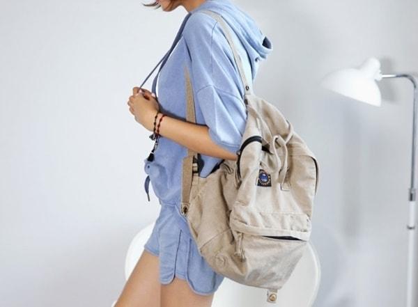Áo phông trắng + ba lô đen + quần jeans xanh là set đồ hoàn hảo khi ra sân bay dành cho teen