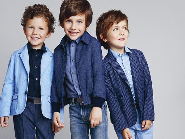 Chiếc áo sơ mi dài tay kết hợp quần jean cũng sẽ khiến bé trai thêm nổi bật