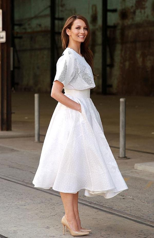 Liên hoan cuối năm nên mặc váy màu trắng sang trọng và phong cách