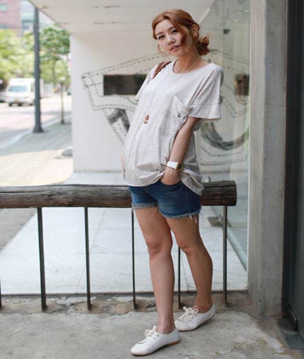 Diện shorts jeans và áo kẻ sọc rộng rãi sự lựa chon tốt cho mẹ bầu