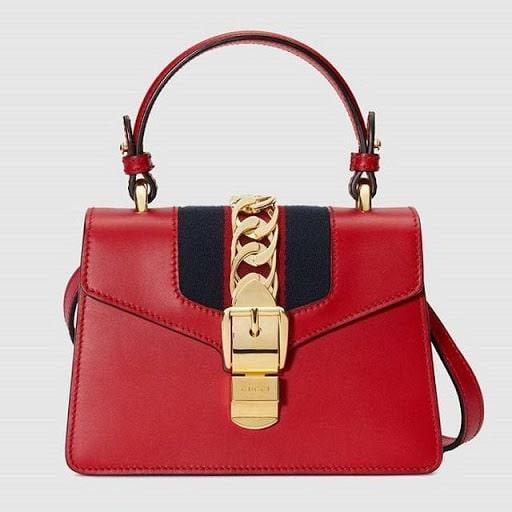 Chiếc túi xách da tông đỏ nổi bật mà Hà Hồ sở hữu có giá $2350