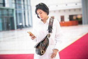 """Thu Minh gây chú ý khi diện nguyên """"cây"""" trắng, kèm chiếc túi Saddle Dior"""