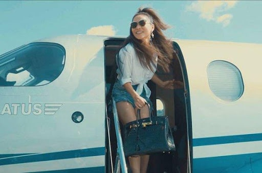 Thu Minh xuất hiện trên máy bay riêng với chiếc túi xách hàng hiệu nghìn đô