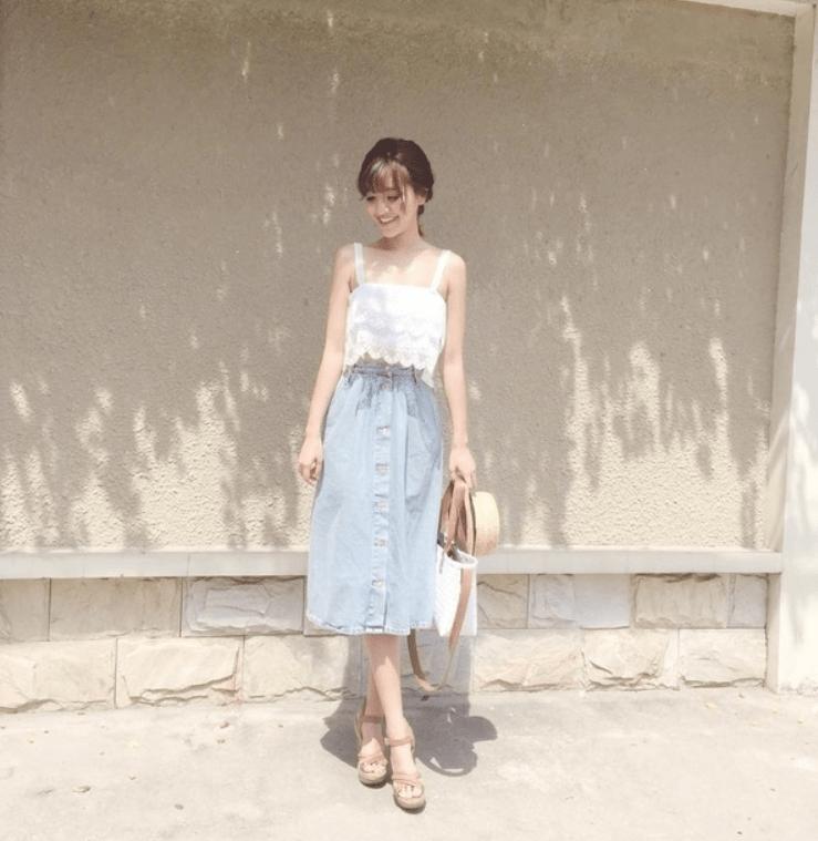 Áo hai dây bản to + váy jean xòe cho phong cách ngọt ngào