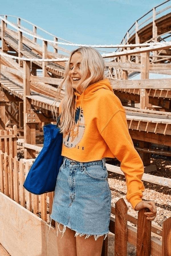 Độc đáo với váy jean và áo hoodie
