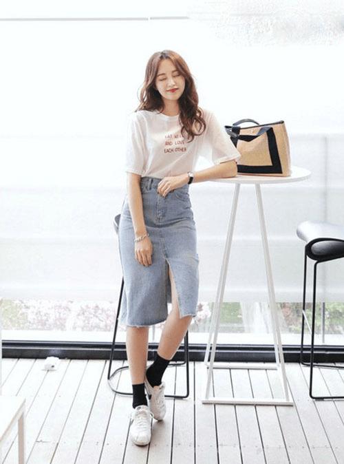 Chân váy jean bút chì + áo phông đơn giản + giày sneaker